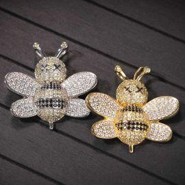 El último colgante de abeja con diamantes
