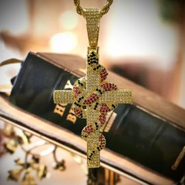 Colgante Cruz de Serpiente de Coral Retorcida de Oro