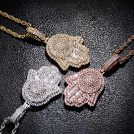 Colgante de la mano de Fátima con diamantes
