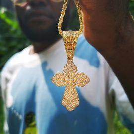Colgante de Cruz Cristiana de Oro con Diamantes