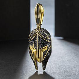 Colgante de Casco de Guerrero de Oro con Diamantes