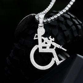 Colgante de hombre en silla de ruedas de plata con diamantes
