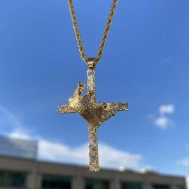 Colgante Cruz de Oro con Diamantes,hay una corona oblicua en él