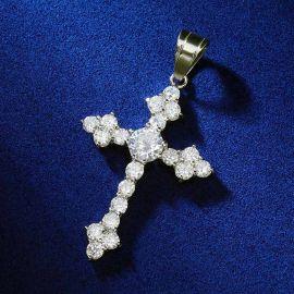 Colgante de cruz de plata, compuesto por un diamante grande y algunos diamantes pequeños