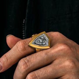 Anillo con Escudo de León Rugiente con Diamantes de Oro