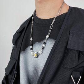 Collar de Perlas con Clip de Papel Margarita Hip Pop de Negro