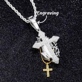 Colgante con Diamantes de Manos de Oración Sosteniendo la Cruz