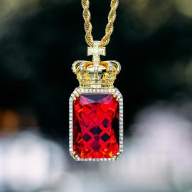 Colgante de Cubo de Rubí con Corona con Diamantes