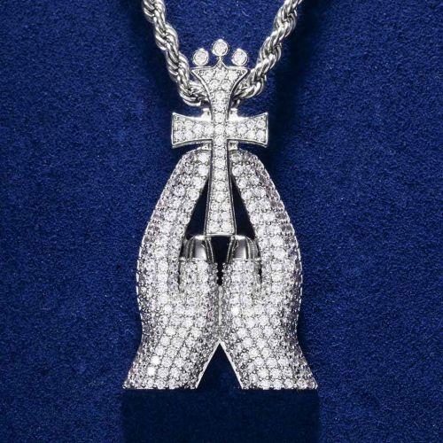 Colgante de cruz de diamantes con manos rezando